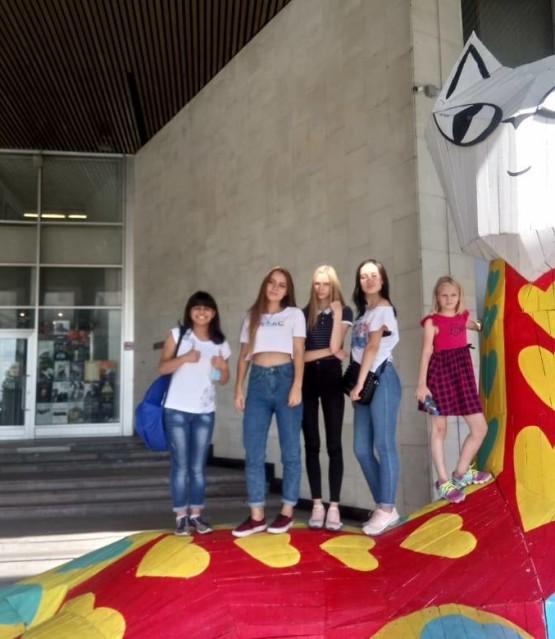 Дети на Выставке работ Banksy в Москве